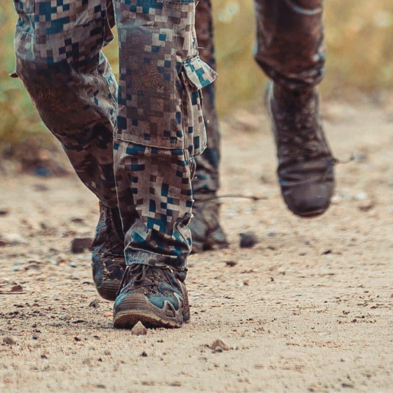 Karavīrs Lowa armijas zābakos. Slapji apavi var būt normāla dienesta sastāvdaļa. Svarīgi, lai tie ātri žūst. Foto avots: Armīns Janiks, Latvijas armijas Flickr konts