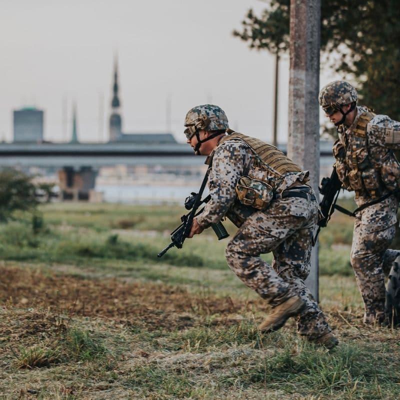 Latvijas armijas karavīrs formas tērpā