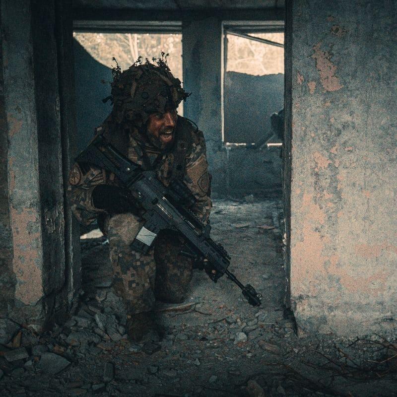 Vides maiņa kaujas laukā var būt ātra, tāpēc ir svarīgi, lai armijas apavi spēj nodrošināt visas prasības. Foto avots: Armīns Janiks, Latvijas armijas Flickr konts