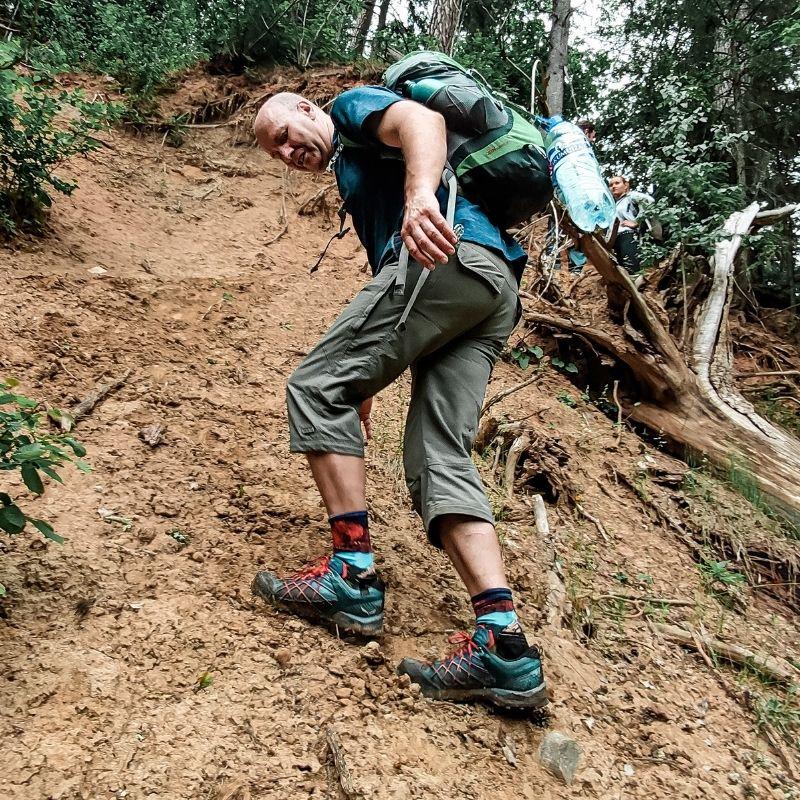 Pārgājienu apaviem ir svarīga to spēja saturēt kāju vietā.